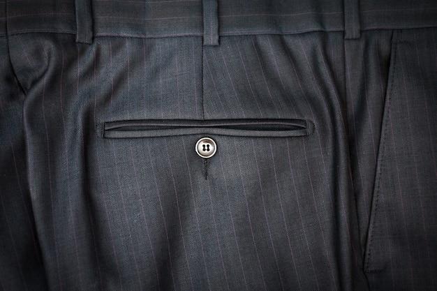 Primo piano di pantaloni classici maschili con tasca posteriore