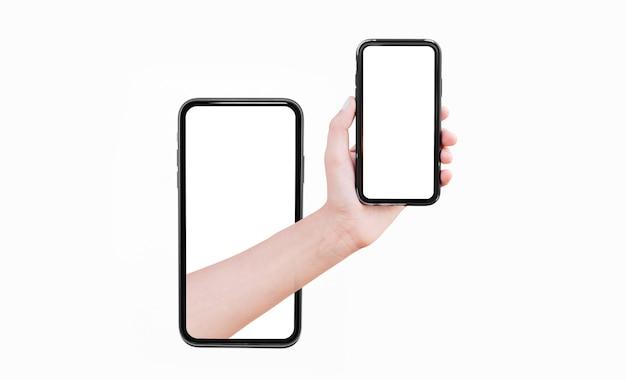 Il primo piano dello smartphone maschio della tenuta della mano con il modello, esce dallo schermo di un altro smartphone isolato su fondo bianco. concetto di collage di opere d'arte.