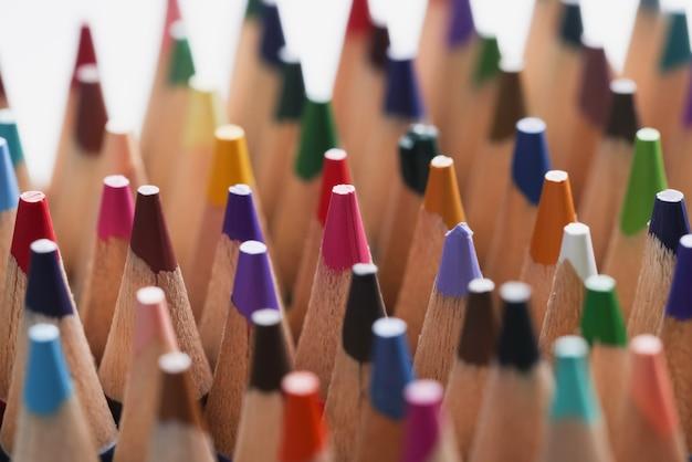 Primo piano di molte matite di legno multicolori taglienti sfondo