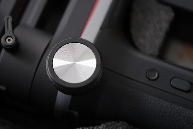 Primo piano del pulsante in metallo sul pannello di controllo