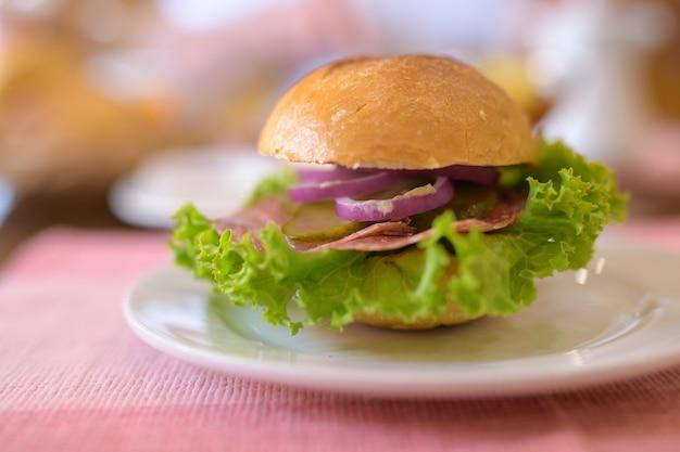 Primo piano di mini hamburger servito sul piatto bianco per la colazione