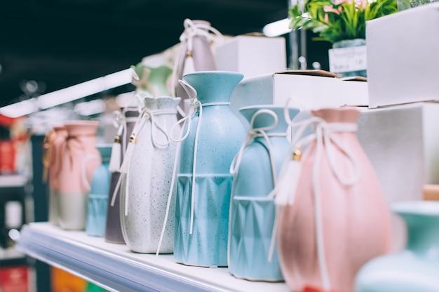 Primo piano vasi di fiori moderni sugli scaffali del supermercato.