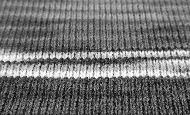 Primo piano del tessuto di lana lavorato a maglia di alpaca a strisce monocromatiche nei modelli orizzontali