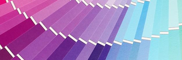 Primo piano della tavolozza multicolore con sfondo di campioni di colore