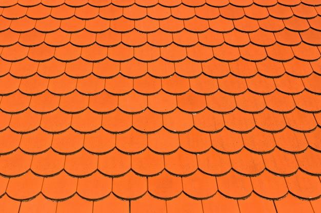 Primo piano del vecchio tetto in ceramica di argilla di colore rosso sulla costruzione