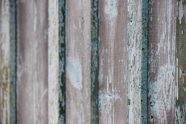 Primo piano di una vecchia struttura di una parete di legno stagionata dipinta in colore turchese