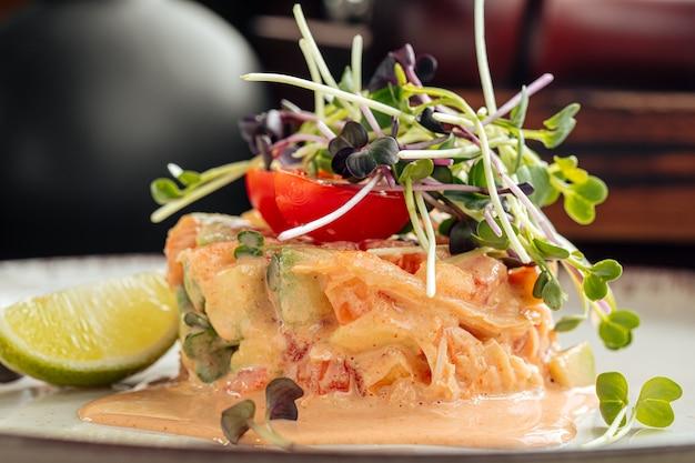 Primo piano su insalata di olive con granchio e avocado