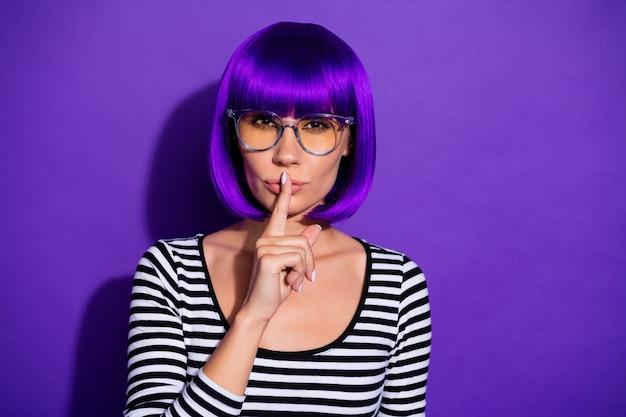 Foto del primo piano della signora di aspetto esotico sorprendente che chiede zitto su fondo viola isolato pullover a strisce