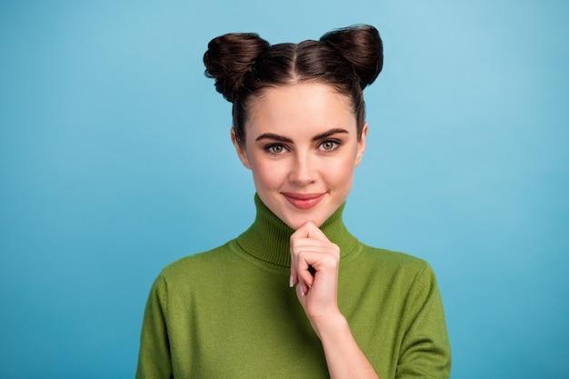 Foto del primo piano di attraente signora carina sguardo occhi sornioni pensare idea creativa braccio sul mento astuzia sorridente indossare caldo maglione dolcevita verde isolato parete di colore blu