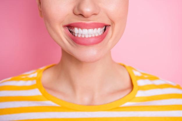 Foto del primo piano della signora attraente due panini divertenti che dimostrano la salute dentale del sorriso largo dei denti bianchi