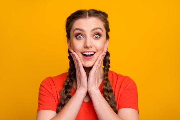 Foto del primo piano delle braccia aperte della bocca aperta della signora divertente scioccata attraente sulle guance