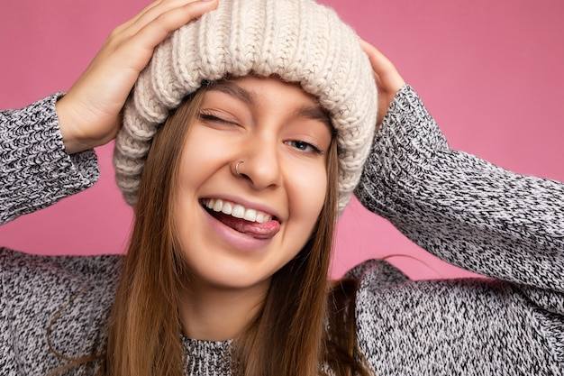 Foto del primo piano di bella giovane donna bionda scura divertente gioiosa divertente divertente