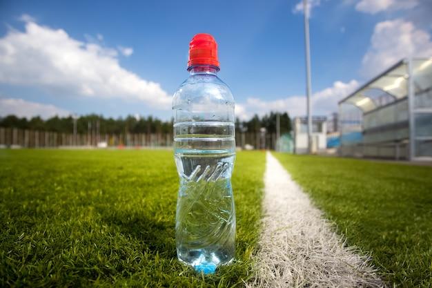 Primo piano della bottiglia d'acqua del campo di calcio durante la partita