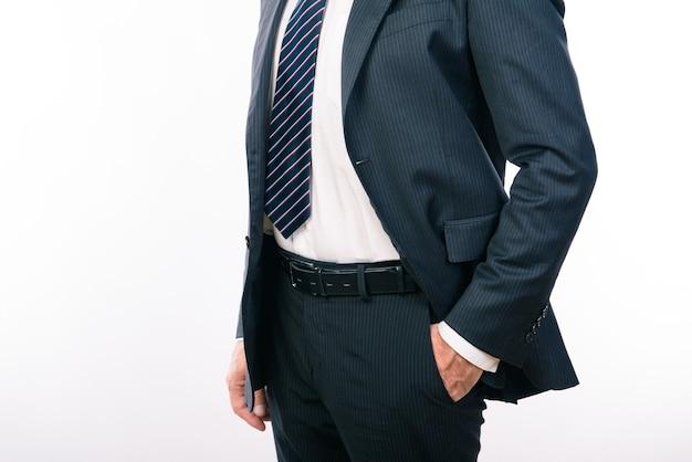Foto del primo piano di un uomo d'affari che tiene la mano in una tasca