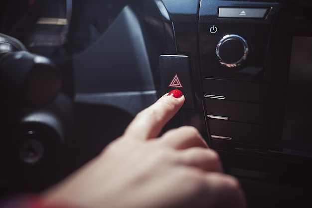 Primo piano del pannello di controllo dell'auto, primo piano