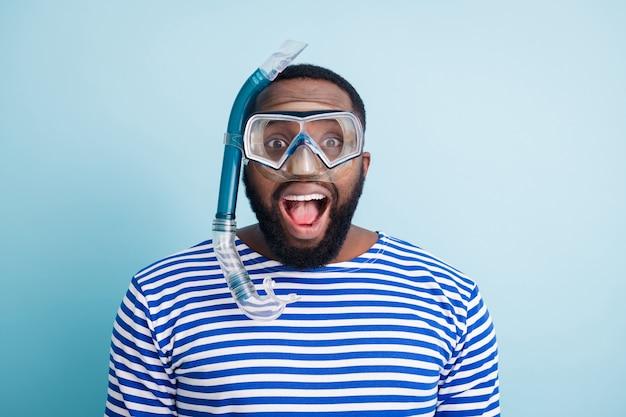 Foto del primo piano del ragazzo pazzo turistico immersioni subacquee
