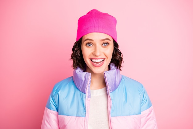 Foto del primo piano della bella signora indossare cappotto colorato caldo isolato sfondo rosa