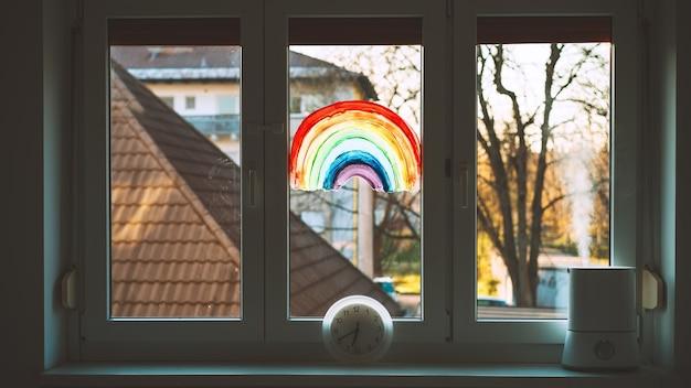 Primo piano di un arcobaleno dipinto sulla finestra