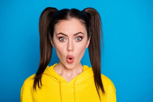 Foto del primo piano della signora piuttosto terrorizzata divertente due code pettinatura bocca aperta guardare notizie quarantena continuare indossare casual felpa gialla pullover isolato sfondo di colore blu brillante