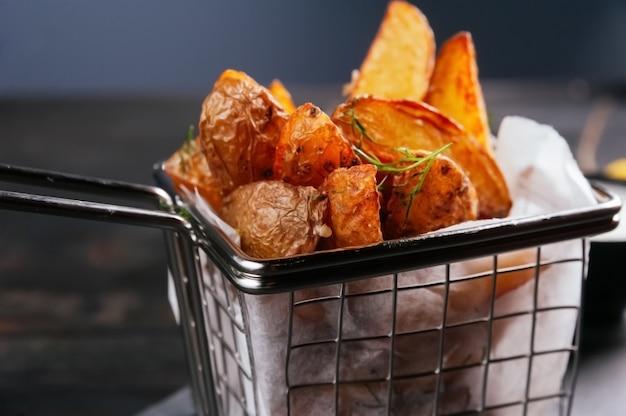Una foto del primo piano di alcune patatine fritte per i clienti pronti per essere mangiati