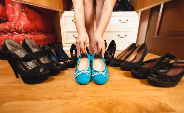 Primo piano di una donna che sceglie scarpe basse piuttosto che tacchi alti