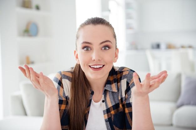 Primo piano della giovane donna allegra parla di videochiamata online connessione internet webcam quarantena