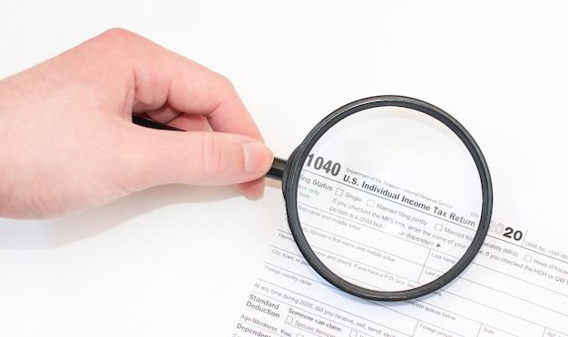Fotografia del primo piano del modulo di dichiarazione dei redditi individuale del governo federale 1040