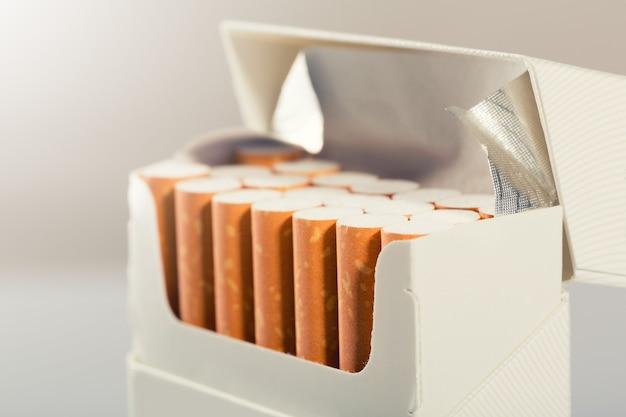 Primo piano della scatola con le sigarette