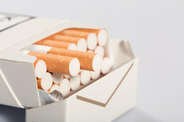 Immagine del primo piano della scatola bianca con le sigarette