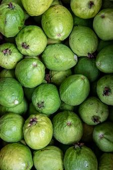 Primo piano del mucchio di guava alla bancarella del mercato all'ingrosso.