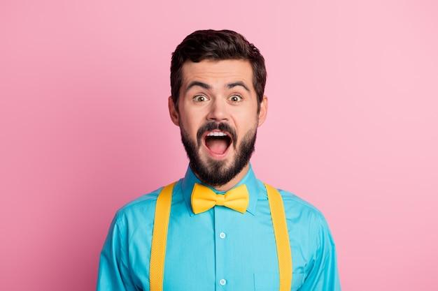 Closeup ritratto di stupito ragazzo sopraffatto su sfondo di colore rosa