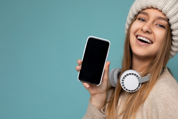 Closeup ritratto attraente giovane donna sorridente positiva che indossa abbigliamento casual elegante