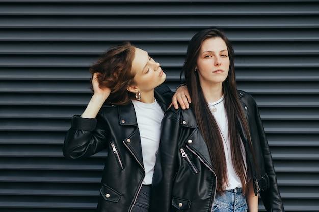 Ritratto del primo piano belle ragazze in streetwear alla moda