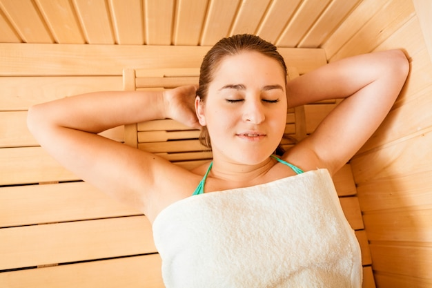 Ritratto del primo piano di bella donna che si rilassa alla sauna