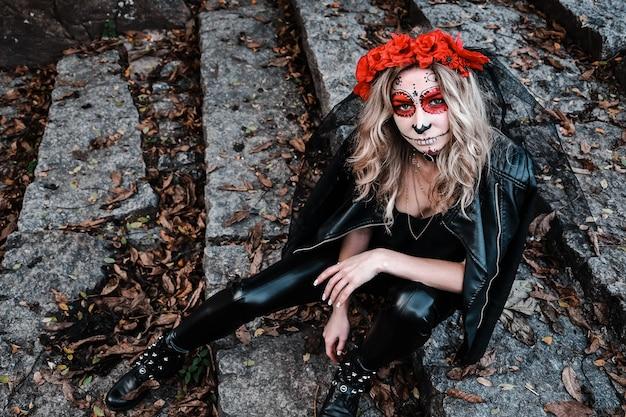 Ritratto del primo piano di calavera catrina. giovane donna con il trucco del cranio dello zucchero. dia de los muertos. giorno della morte. halloween. donna trucco santa muerte alla vigilia di halloween