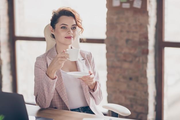 Closeup ritratto affascinante bella bella signora imprenditore bere caffè espresso
