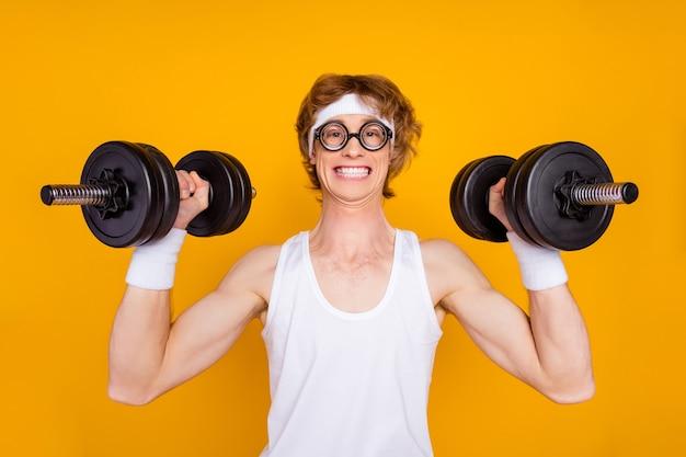Closeup ritratto di allegro ragazzo motivato sportivo bilanciere di sollevamento