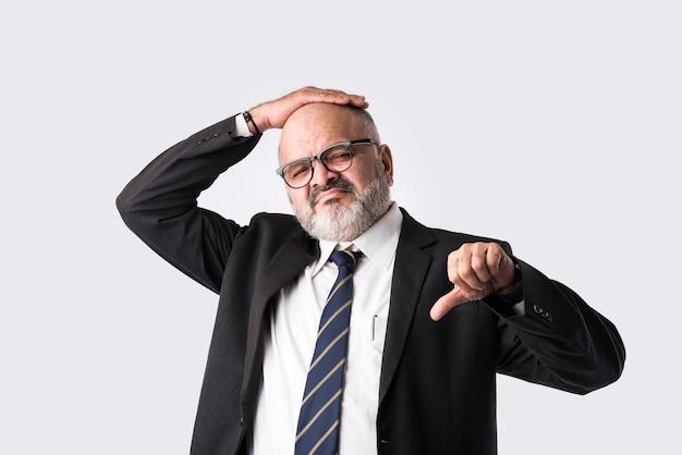 Closeup ritratto di confuso indiano asiatico pensieroso o preoccupato senior businessmanãƒâƒã'âƒãƒâ'ã'âƒãƒâƒã'â'ãƒâ'ã'â'ãƒâƒã'âƒãƒâ'ã'â'ãƒâƒã'â'ãƒâ'ã'â con espressioni in difficoltà o mal di testa