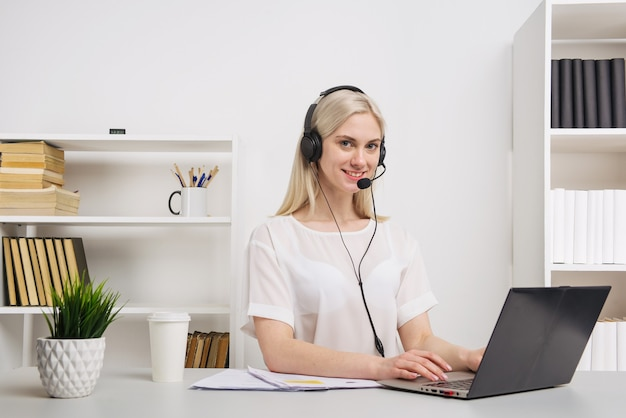 Closeup ritratto di un agente del servizio clienti seduto in ufficio
