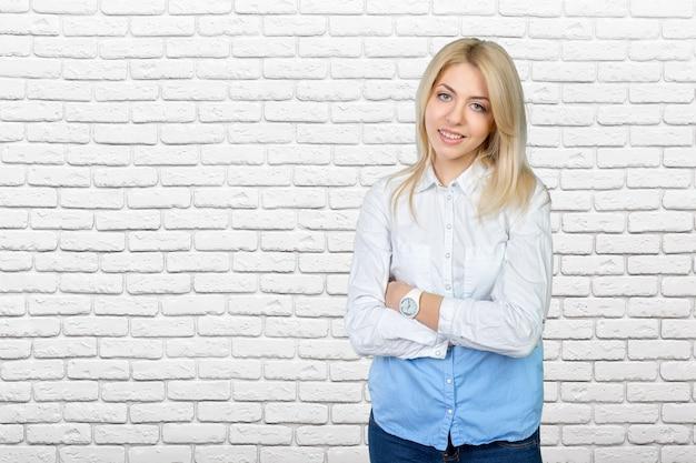 Ritratto del primo piano di una giovane donna d'affari carina che sorride?