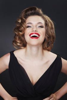 Closeup ritratto di una donna elegante e sorridente con acconciatura affascinante