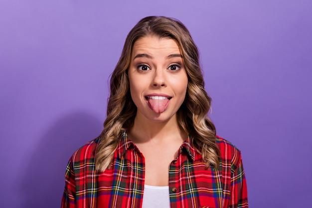 Ritratto del primo piano della ragazza comica funky che mostra la lingua sana