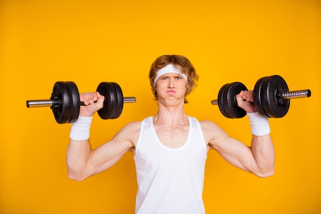 Closeup ritratto di ragazzo motivato sportivo di sollevamento bilanciere pesante