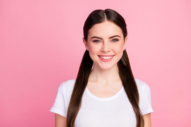 Ritratto del primo piano di un sorriso di ragazza allegra attraente e carina