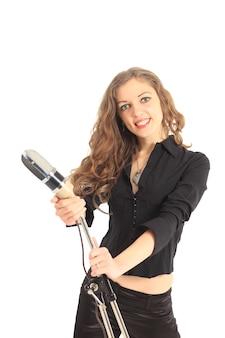 Ritratto in primo piano di una star femminile piuttosto giovane che tiene in mano un microfono antiquato