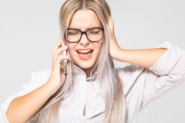 Ritratto del primo piano, giovane donna preoccupata triste, depressa, infelice che parla sul telefono