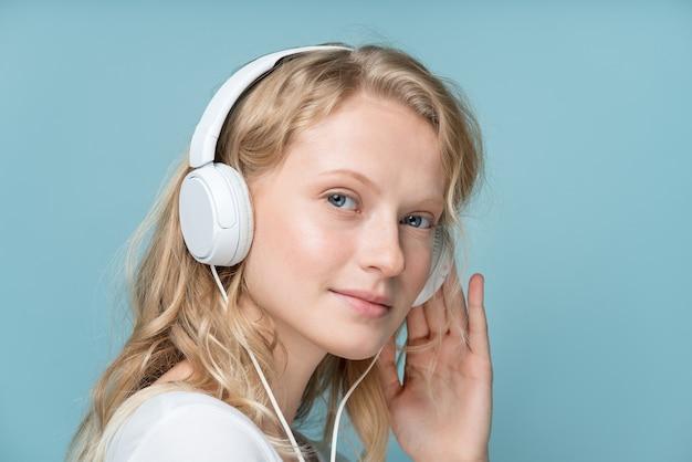 Closeup ritratto di vista laterale giovane donna occhi chiusi ascoltando musica