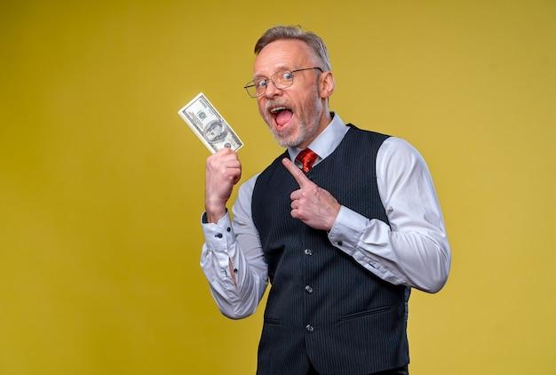 Ritratto del primo piano di un uomo maturo anziano super eccitato che ha appena vinto un sacco di soldi