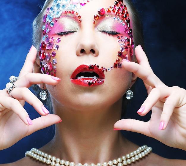 Closeup ritratto di donna con trucco artistico. immagine di lusso.