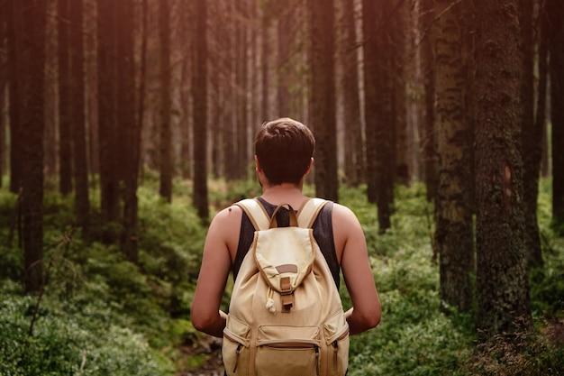 Closeup ritratto di giovane escursionista escursionismo, guardando gli alberi